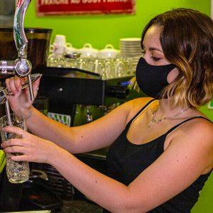 Serviteur au bar habillée en e-scratch